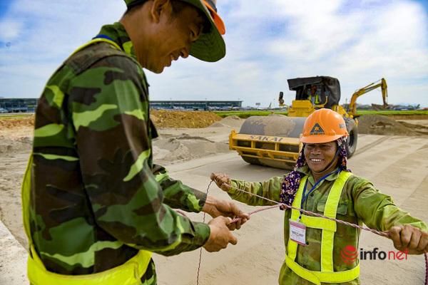 Cải tạo đường băng sân bay Nội Bài: Công trường sáng đèn cả ngày lẫn đêm