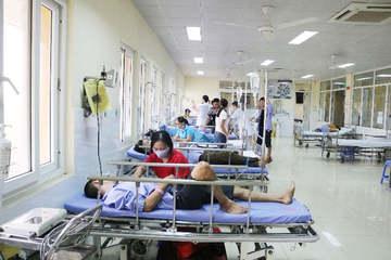 Sau một bữa ăn tập thể, 17 người nhập viện nghi ngộ độc thực phẩm