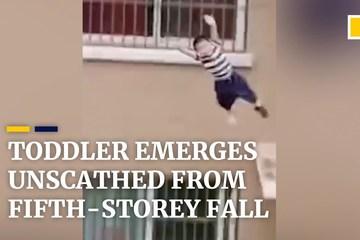 'Hoảng hồn' khoảnh khắc cậu bé 2 tuổi ngã từ tầng 5