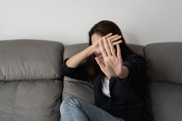 Đi đánh ghen bị chồng tát
