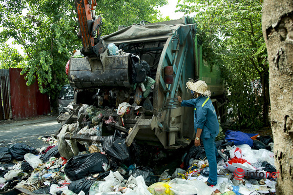 Hà Nội: Gấp rút xử lý rác ùn ứ nội thành, 2 ngày nữa mới xong