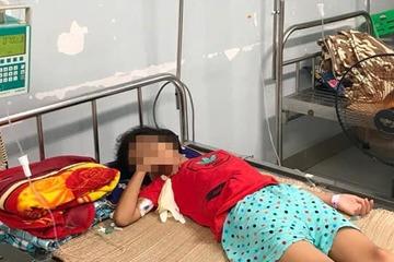 Bé gái nguy kịch vì mua nước ở cổng trường bị đưa nhầm chai axit