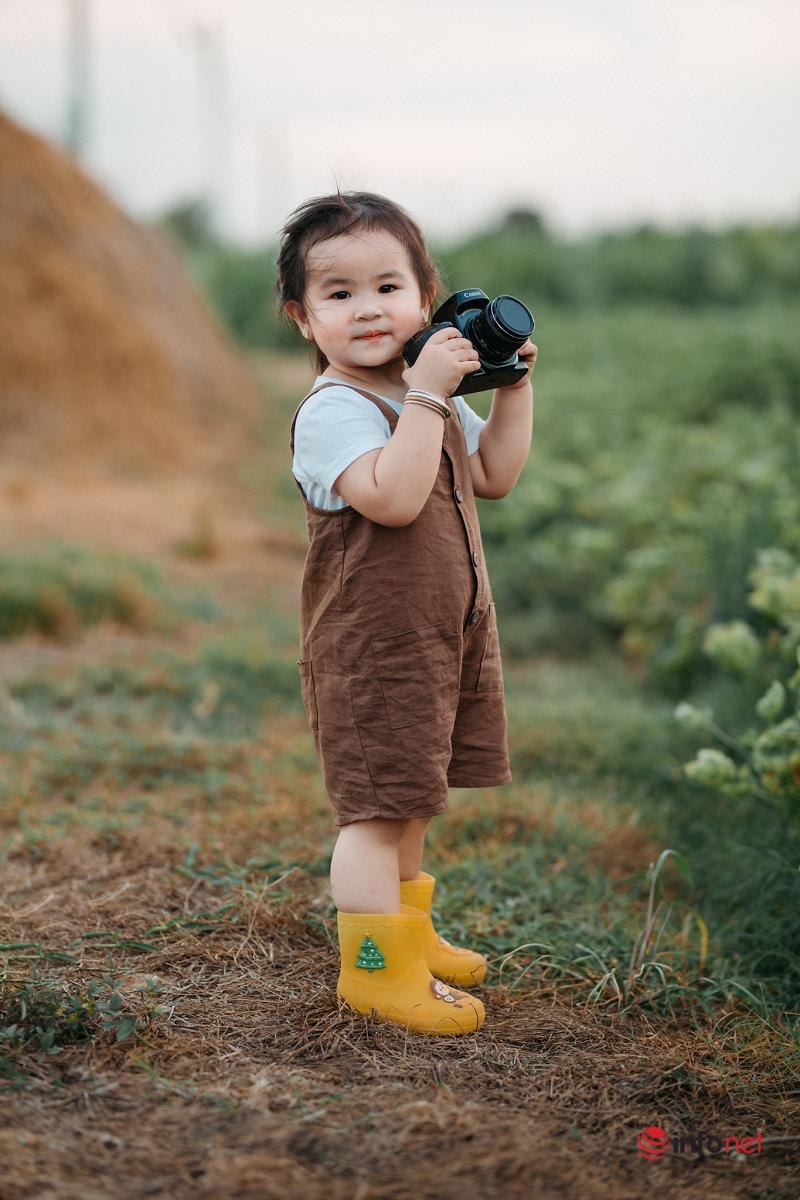 Hai chị em gái 'hóa thân' thành người nông dân dễ thương nhất quả đất