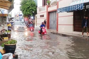 Nhiều hẻm nhỏ ở TP.HCM thành sông sau cơn mưa lớn