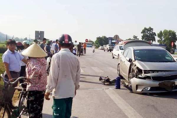 Nghệ An: Va chạm xe con, xe buýt Đông Bắc lật nhào bên quốc lộ 46