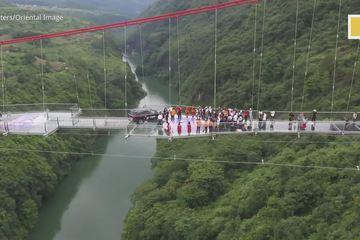 Trung Quốc khánh thành cây cầu kính chịu được ô tô đi qua