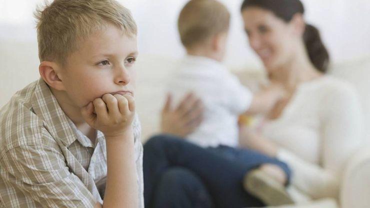 Cha mẹ thông minh dạy con cách vượt qua tính ghen tị