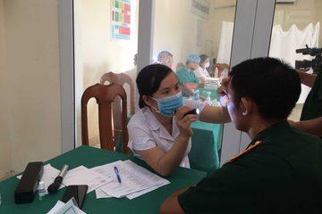 Khám, cấp phát thuốc và đào tạo sơ cấp cứu ban đầu tại huyện Bạch Long Vĩ
