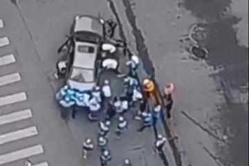 Trầm trồ màn giải cứu 'nhanh như chớp' người bị kẹt dưới gầm xe ô tô