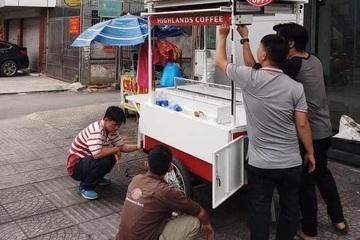 Highlands Coffee, Otoke Chicken, McDonald's… tràn ra phố cạnh tranh với hàng quán bình dân