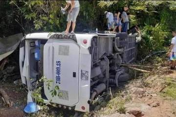 Quảng Bình: Lật xe du lịch, 8 người chết, 19 người bị thương nặng
