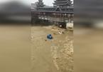 Nước lũ như 'sóng thần' cuốn phăng cả ô tô ở Trung Quốc