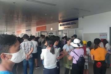 Hàng trăm người xếp hàng chờ hiến máu cứu nạn nhân trong vụ tai nạn thảm khốc ở Quảng Bình