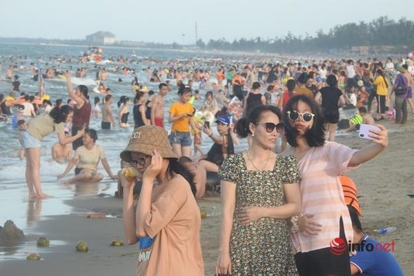 Biển Cửa Lò đông nghẹt khách, Nghệ An nâng cảnh báo lên 1 bước