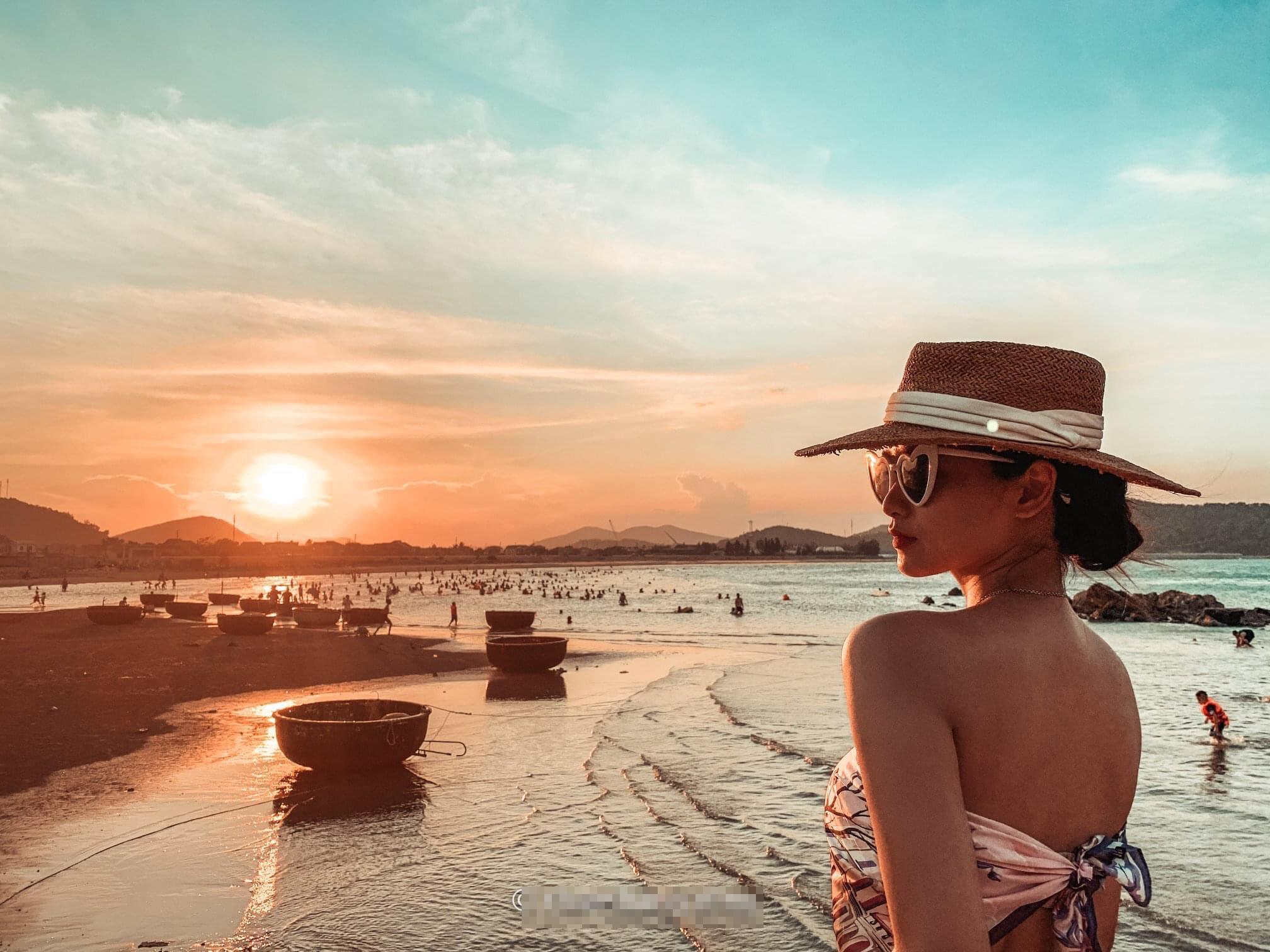 Nữ sinh trường Y đẹp hút hồn trong hoàng hôn bờ biển Cửa Lò