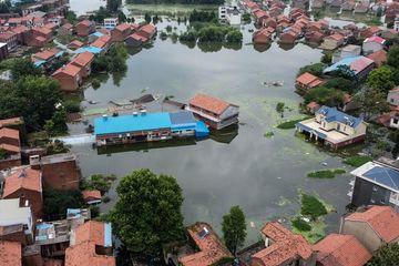 Máy xúc lao cả xuống sông vì lũ to trên sông Trường Giang