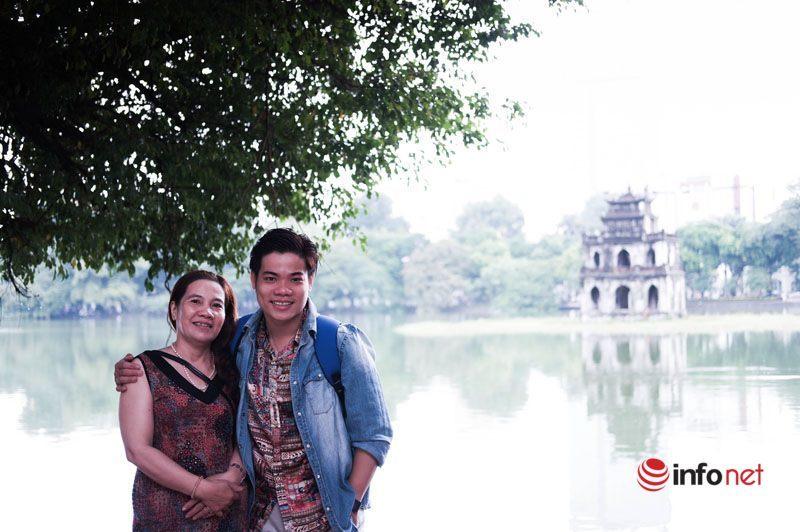 Chàng trai Bạc Liêu dành nhiều năm đưa mẹ đi du lịch khắp Nam Bắc