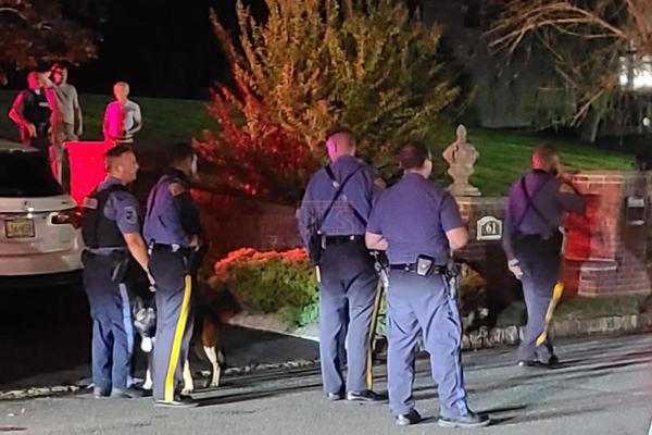 Cảnh sát Mỹ mất 5 giờ giải tán 700 người tiệc tùng giữa dịch