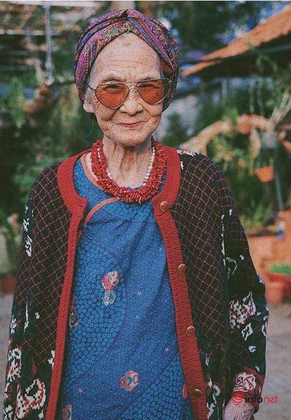 Cháu gái chụp ảnh bà ngoại 81 tuổi thần thái 'chất' như Vedette