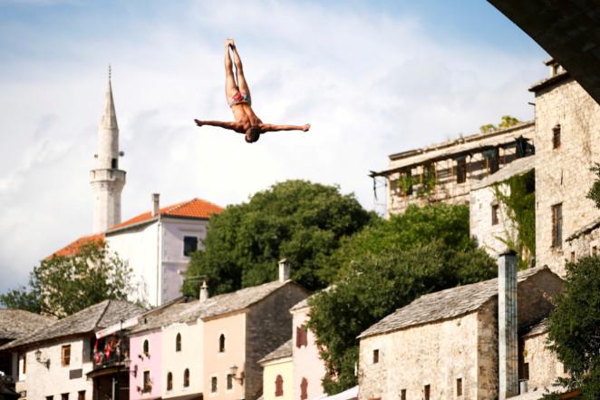 Cuộc thi kỳ lạ nhảy từ cầu cao lao xuống sông vẫn hút người tham dự