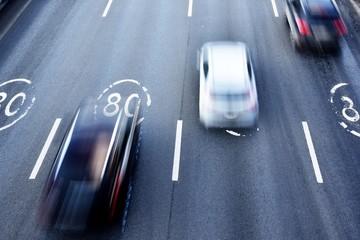 Bị bắt cóc, người đàn ông liều mình phi thân xuống đường cao tốc