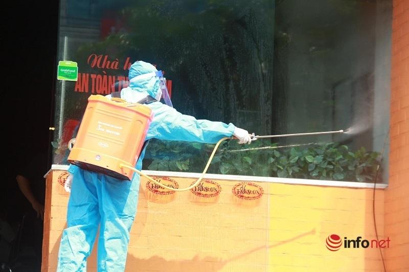 Phun khử khuẩn nhà hàng pizza ở quận Cầu Giấy, nơi có nhân viên đi du lịch Đà Nẵng về