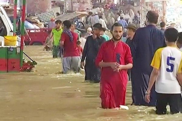 Thành phố lớn nhất Pakistan ngập sâu do mưa bão, 8 người chết