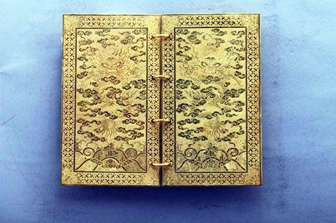 Báu vật sách bằng vàng của triều Nguyễn
