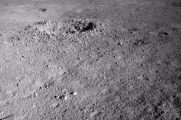 Vén màn bí ẩn về loại vật chất kỳ lạ được tìm thấy trên vùng tối của Mặt trăng