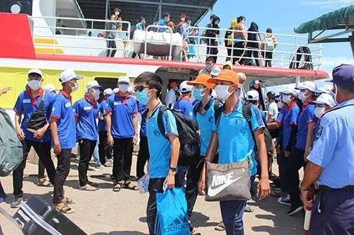 Hàng trăm học sinh huyện đảo Phú Quý vào đất liền dự thi tốt nghiệp THPT 2020