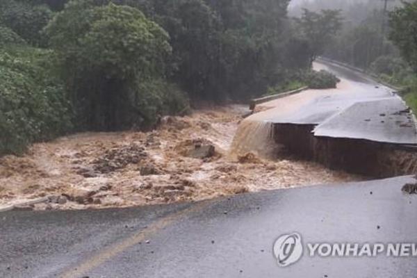 Mưa lớn gây lũ lụt và sạt lở đất, 13 người Hàn Quốc chết và mất tích