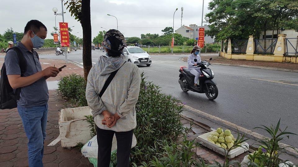 Người phụ nữ bị công an phường mặc quần đùi, áo cộc thu đồ lên tiếng