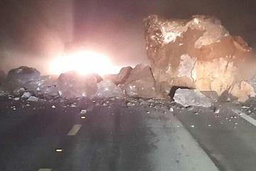 Sạt lở đất đá gây ách tắc cục bộ trên Quốc lộ 6 ở Sơn La