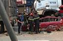 Xe container đè bẹp xe con dừng đèn đỏ, 3 người tử vong tại chỗ