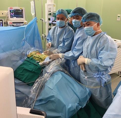 Kỹ thuật tán sỏi thận qua da đường hầm nhỏ giúp bệnh nhân nhanh hồi phục