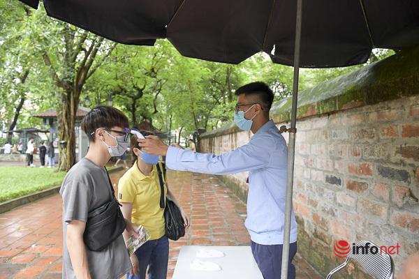 Sĩ tử Hà Nội chen vai, khẩu trang kín mít đến Văn Miếu thắp hương trước kỳ thi