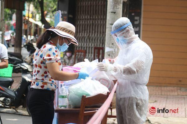 Cán bộ phường đi chợ giúp người dân trong khu phong tỏa phòng dịch Covid-19