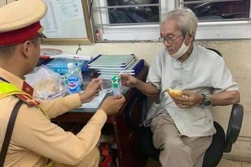 Hà Nội: CSGT tìm thân nhân giúp cụ ông 85 tuổi bị lạc giữa mưa lớn