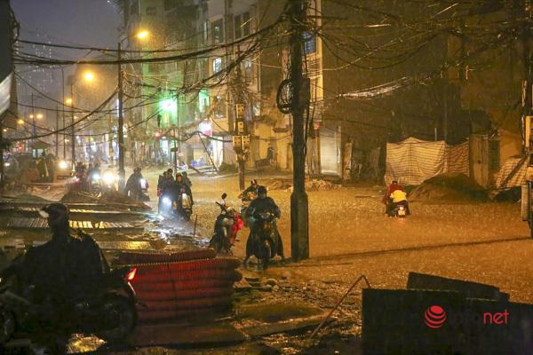 Mưa lớn nhiều giờ liên tục, người Hà Nội bì bõm về nhà trong đêm