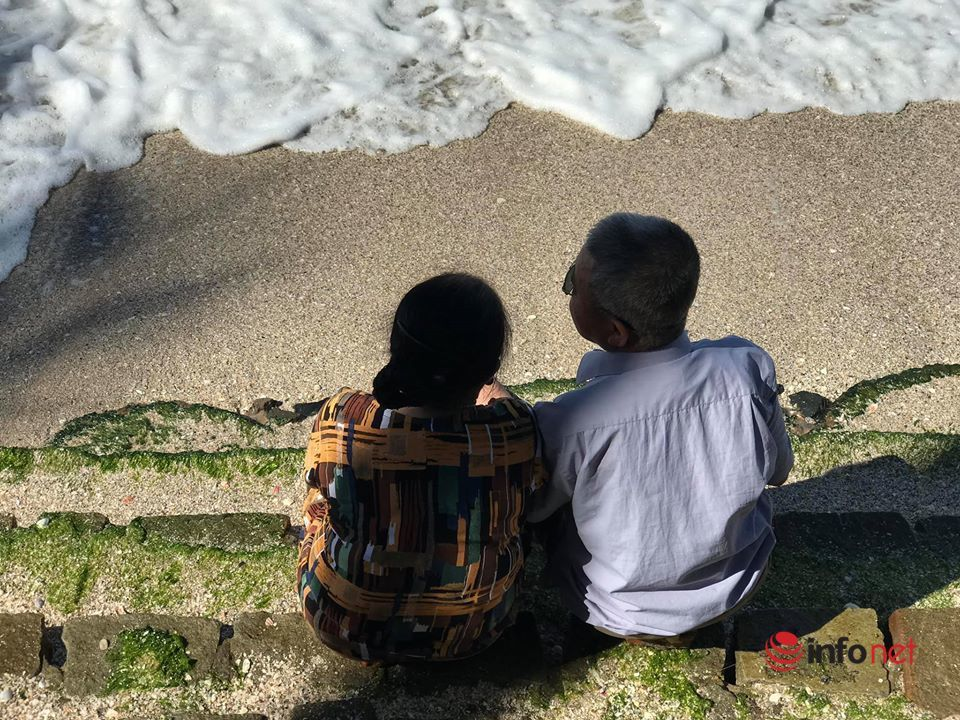 Chàng trai trẻ quyết tâm 'đưa ông bà đi khắp thế gian'
