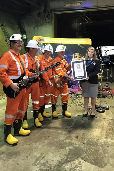 Hát dưới lòng đất hàng nghìn mét, ban nhạc Canada lập kỷ lục Guiness