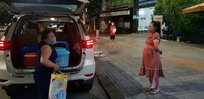 Ấm lòng trăm chuyến xe miễn phí chở bà bầu đi vượt cạn mùa dịch