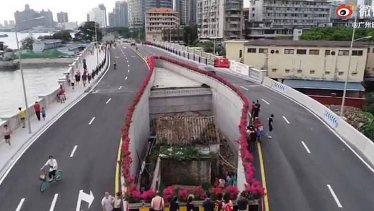 Ngôi nhà 'cứng đầu' nằm giữa cầu vượt bốn làn xe ở Trung Quốc