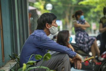 """Hà Nội: Nhà gần điểm thi, nhiều phụ huynh vẫn ở lại chờ con """"vượt vũ môn"""""""