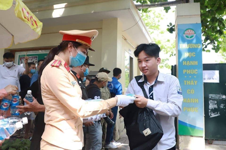 Nhiều thí sinh được tặng khẩu trang và nước uống từ các chiến sĩ công an