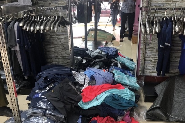 Đột nhập ổ kinh doanh thời trang giả mạo nhãn hiệu Nike, Adidas ở biên giới