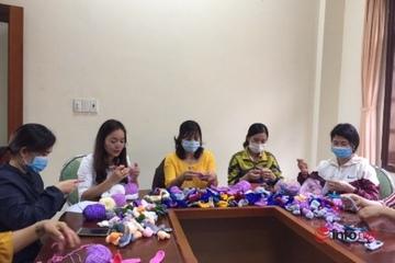 """Phụ nữ Đắk Nông đan hàng ngàn """"tai giả"""" gửi về Đà Nẵng, giúp y bác sĩ dễ chịu hơn"""
