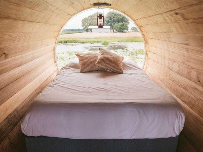 Trải nghiệm ngủ trong thùng rượu trôi sông ở Canada