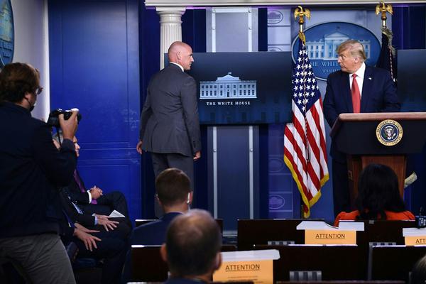 Ông Trump vội vã đi lánh nạn vì nổ súng gần Nhà Trắng