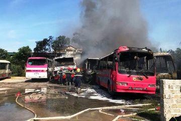 Thanh Hóa: 6 xe ô tô chở công nhân bất ngờ bốc cháy khi đang đỗ trong bãi